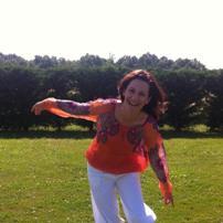 Muriel - j'accompagne les personnes désireuses de se reconnecter à leur véritable identité par le biais de l'expression corporelle : la danse méditative dont le mouvement est libre relié à sa pleine Présence.